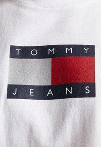 Tommy Jeans - METALLIC FLAG TEE - T-shirt med print - white - 6