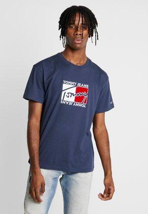 FLAG SCRIPT TEE - Camiseta estampada - black iris