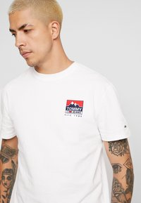 Tommy Jeans - MOUNTAIN BACK LOGO TEE - Camiseta estampada - classic white - 3