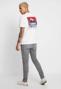 Tommy Jeans - MOUNTAIN BACK LOGO TEE - Camiseta estampada - classic white - 2