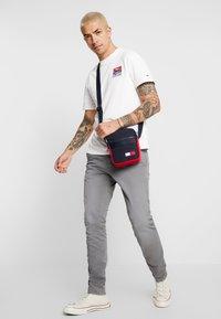 Tommy Jeans - MOUNTAIN BACK LOGO TEE - Camiseta estampada - classic white - 1