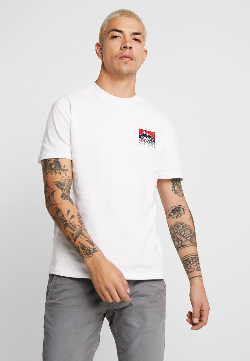 Tommy Jeans - MOUNTAIN BACK LOGO TEE - Camiseta estampada - classic white