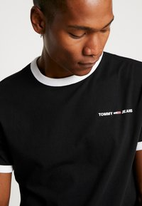Tommy Jeans - RINGER LOGO TEE - Print T-shirt - black/classic white - 4