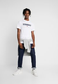 Tommy Jeans - TEXTURED TEE - T-shirt imprimé - classic white - 1