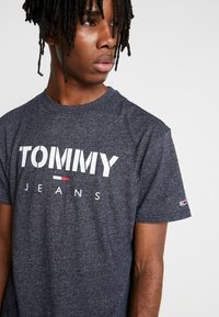 Tommy Jeans - TEXTURED TEE - T-shirts med print - black iris - 4