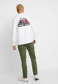 Tommy Jeans - USA MOUNTAIN LOGO TEE - Långärmad tröja - classic white - 2