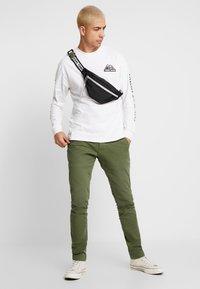 Tommy Jeans - USA MOUNTAIN LOGO TEE - Långärmad tröja - classic white - 1