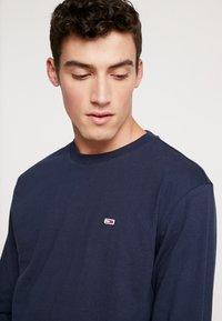 Tommy Jeans - CLASSICS LONGSLEEVE TEE - Langærmede T-shirts - black iris - 4