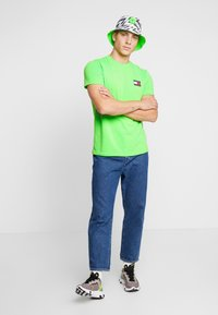 Tommy Jeans - BADGE TEE - T-shirt basic - green geco - 1