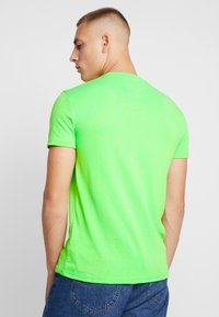 Tommy Jeans - BADGE TEE - T-shirt basic - green geco - 2