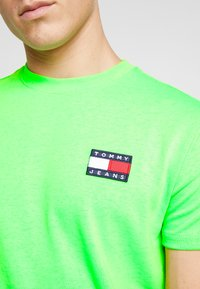 Tommy Jeans - BADGE TEE - T-shirt basic - green geco - 5