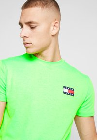 Tommy Jeans - BADGE TEE - T-shirt basic - green geco - 3