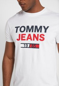 Tommy Jeans - LOGO TEE - T-Shirt print - classic white - 5