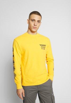 BUBBLED FLAGS - Langærmede T-shirts - golden glow