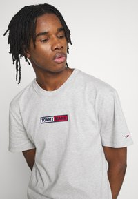 Tommy Jeans - EMBROIDERED LOGO TEE - Printtipaita - grey - 3