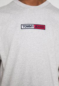 Tommy Jeans - EMBROIDERED LOGO TEE - Printtipaita - grey - 5