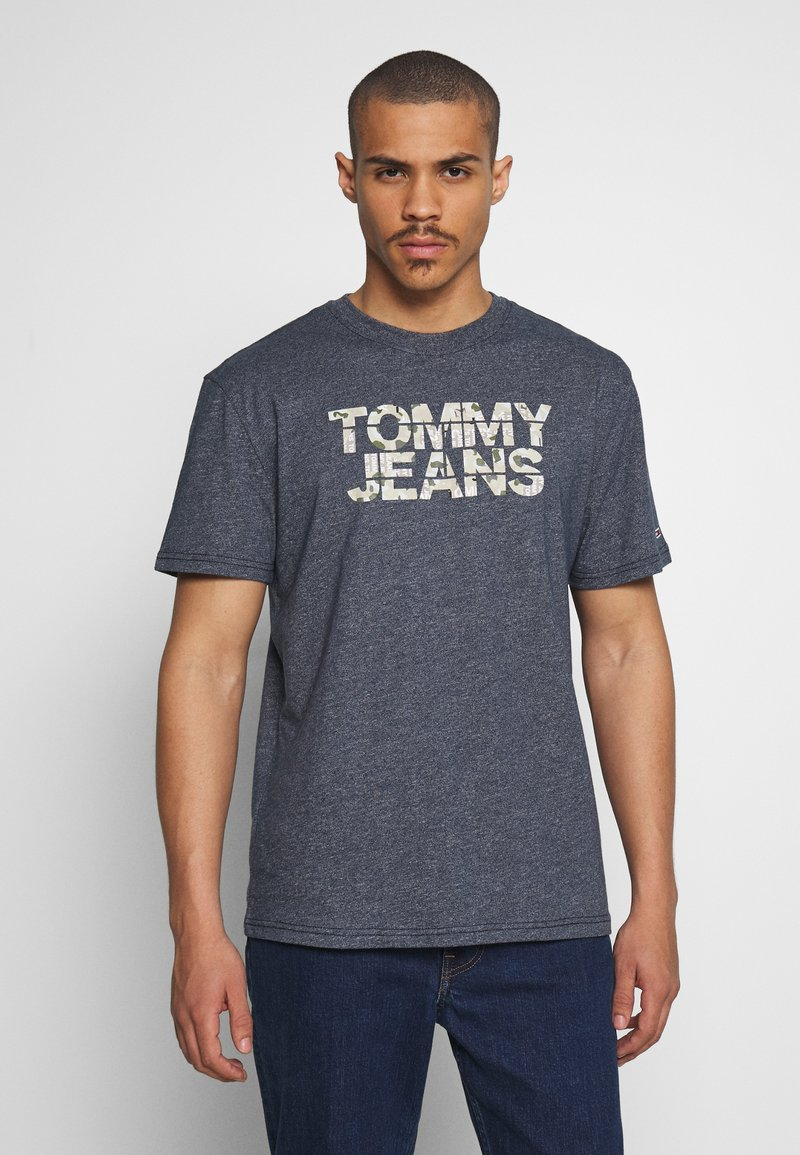 Tommy Jeans - CAMO GROUND LOGO TEE - Print T-shirt - twilight navy