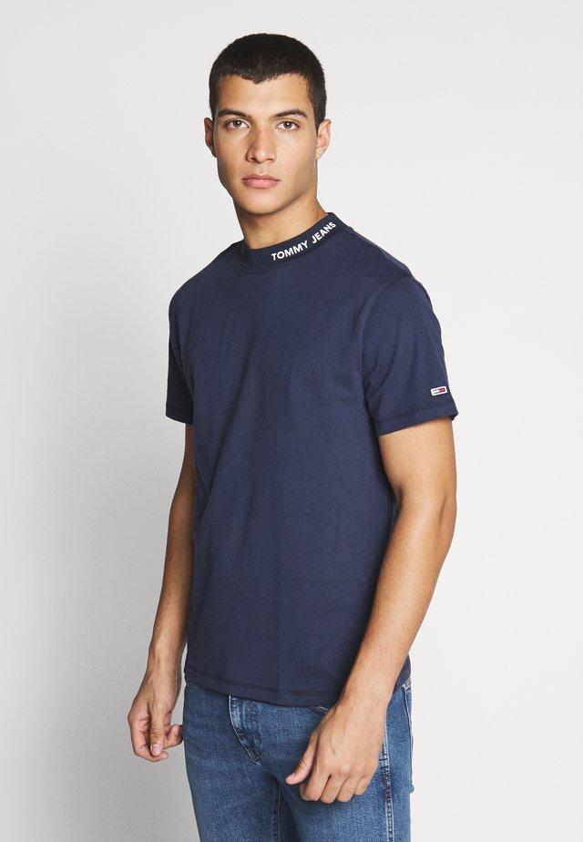 TJM BRANDED HIGH NECK TEE - T-shirts med print - twilight navy