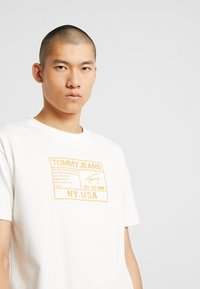 Tommy Jeans - EMBROIDERY LOGO TEE - T-shirt print - white - 4
