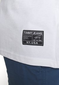 Tommy Jeans - TJM BOLD TOMMY LOGO TEE - Print T-shirt - white - 5
