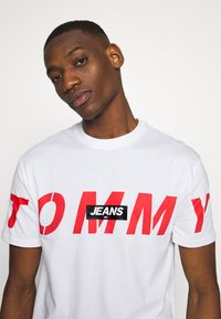 Tommy Jeans - TJM BOLD TOMMY LOGO TEE - Triko spotiskem - white - 3