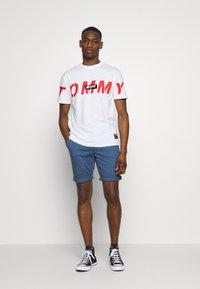 Tommy Jeans - TJM BOLD TOMMY LOGO TEE - Print T-shirt - white - 1