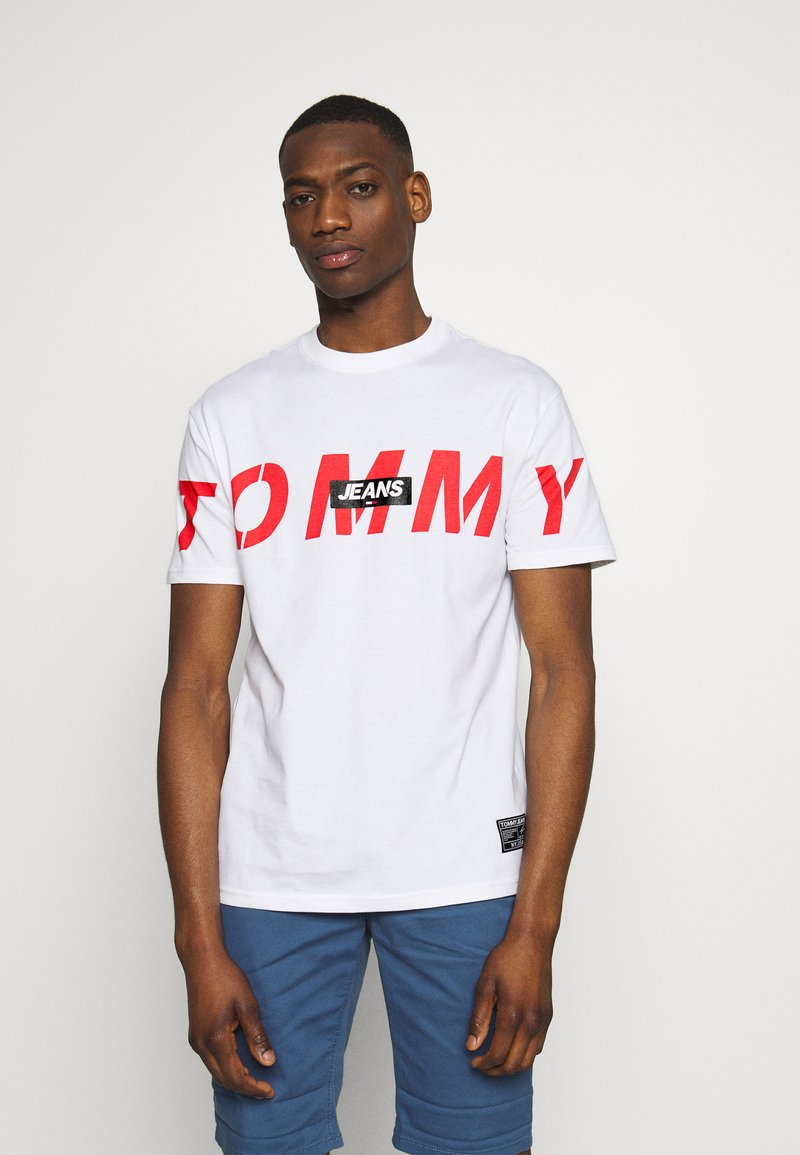Tommy Jeans - TJM BOLD TOMMY LOGO TEE - Triko spotiskem - white