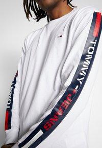Tommy Jeans - LONGSLEEVE TAPE TEE - Langærmede T-shirts - white - 4