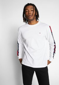 Tommy Jeans - LONGSLEEVE TAPE TEE - Langærmede T-shirts - white - 0