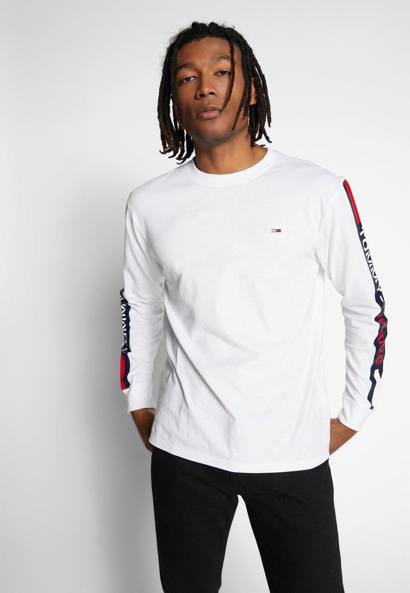 Tommy Jeans - LONGSLEEVE TAPE TEE - Langærmede T-shirts - white
