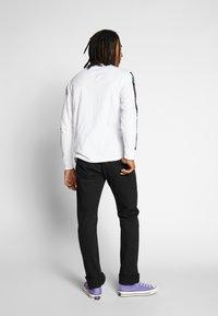 Tommy Jeans - LONGSLEEVE TAPE TEE - Langærmede T-shirts - white - 2