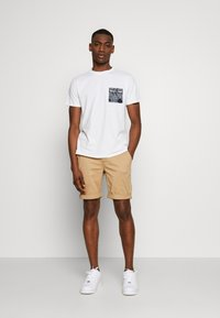 Tommy Jeans - CONTRAST POCKET TEE - T-Shirt print - white - 1