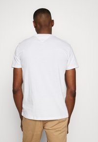 Tommy Jeans - CONTRAST POCKET TEE - T-Shirt print - white - 2
