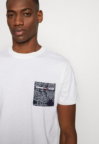 Tommy Jeans - CONTRAST POCKET TEE - T-Shirt print - white - 4