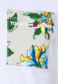Tommy Jeans - CONTRAST POCKET TEE - Print T-shirt - white/multi - 2