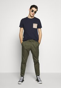 Tommy Jeans - CONTRAST POCKET TEE - T-shirt imprimé - twilight navy - 1