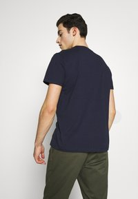 Tommy Jeans - CONTRAST POCKET TEE - Printtipaita - twilight navy - 2