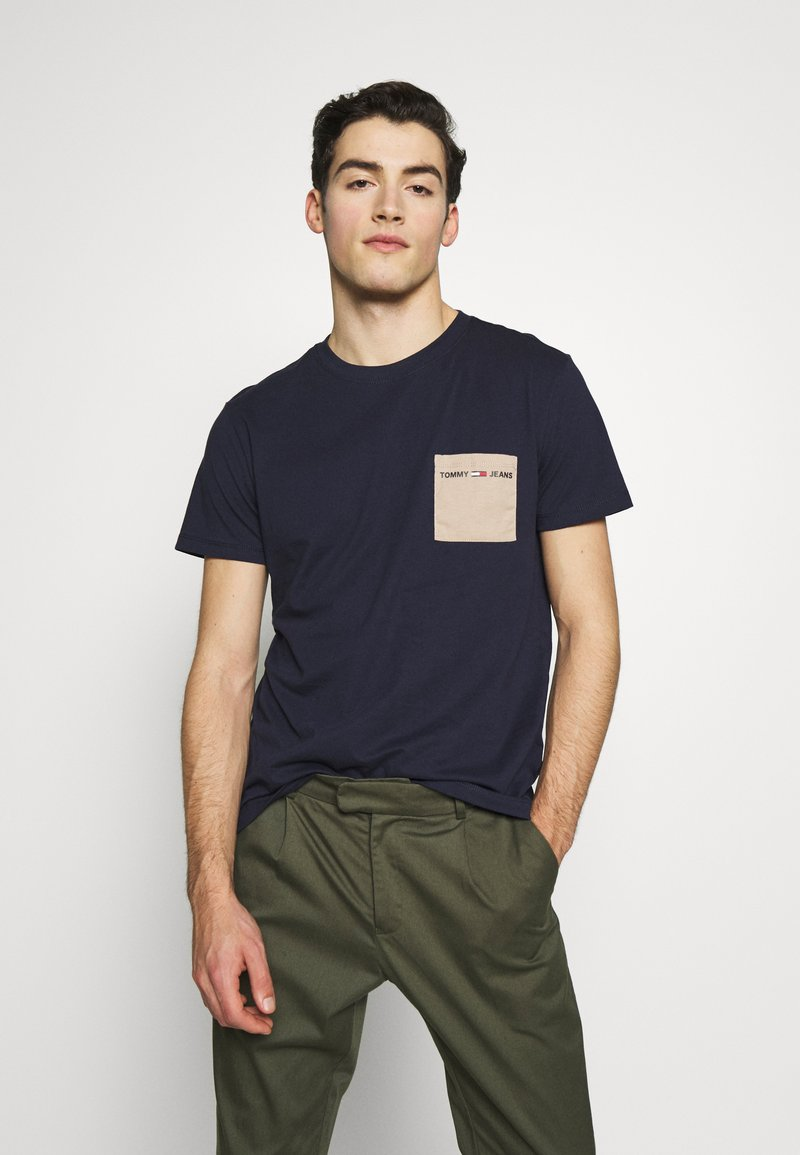 Tommy Jeans - CONTRAST POCKET TEE - T-shirt imprimé - twilight navy