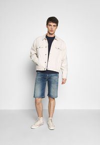 Tommy Jeans - CONTRAST POCKET TEE - Printtipaita - navy/stone - 1