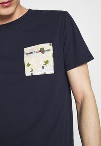 Tommy Jeans - CONTRAST POCKET TEE - Printtipaita - navy/stone - 5