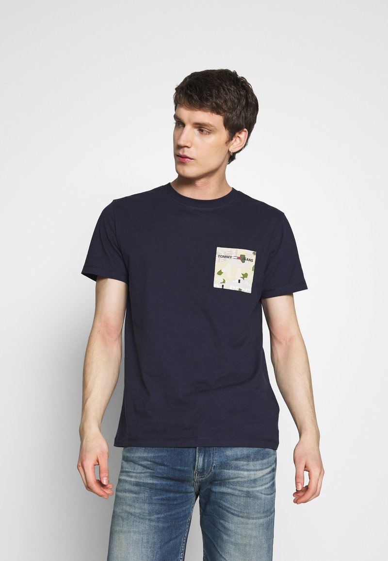 Tommy Jeans - CONTRAST POCKET TEE - Printtipaita - navy/stone