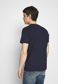 Tommy Jeans - CONTRAST POCKET TEE - Printtipaita - navy/stone - 2