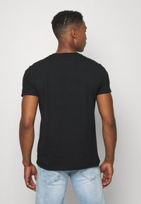 Tommy Jeans - CONTRAST POCKET TEE - T-shirt con stampa - black/white - 2