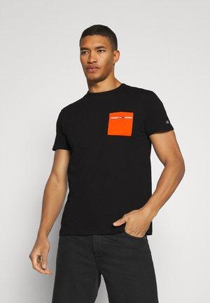 CONTRAST POCKET TEE - T-shirt con stampa - black / bonfire orange