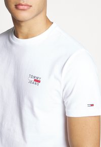 Tommy Jeans - CHEST LOGO TEE - Basic T-shirt - classic white - 4