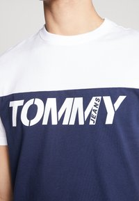 Tommy Jeans - COLORBLOCK TEE - Print T-shirt - white/multi - 6