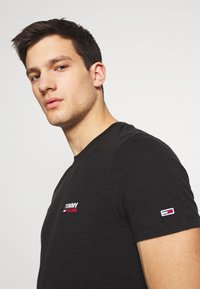 Tommy Jeans - TEXTURE LOGO TEE - T-shirt con stampa - black - 3