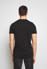 Tommy Jeans - TEXTURE LOGO TEE - T-shirt con stampa - black - 2