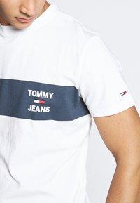 Tommy Jeans - CHEST STRIPE LOGO - Print T-shirt - white - 4