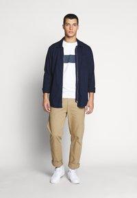 Tommy Jeans - CHEST STRIPE LOGO - Print T-shirt - white - 1